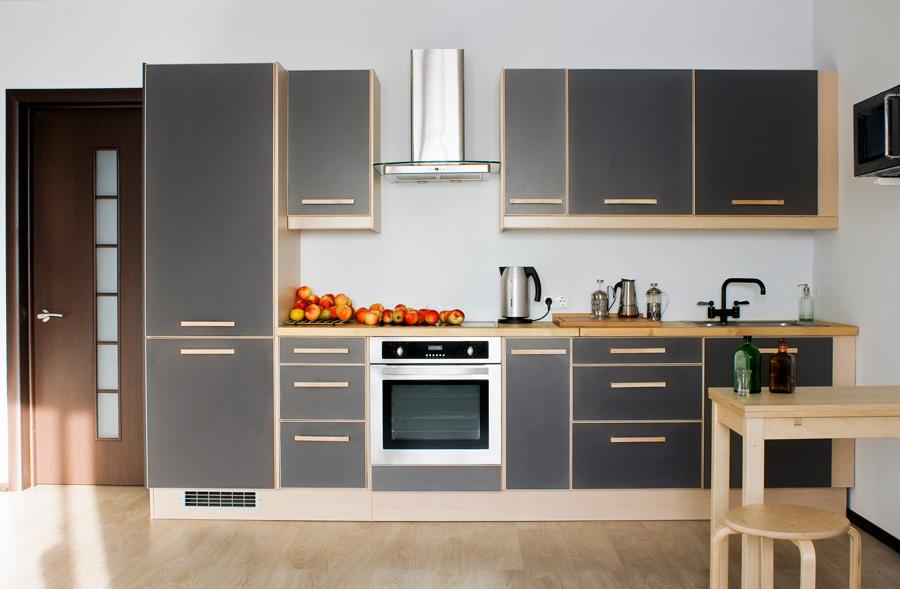 la seconda immagine presenta una cucina piuttosto ampia sempre di stile contemporaneo tutta giocata sul contrasto tra i colori freddi nella fattispecie