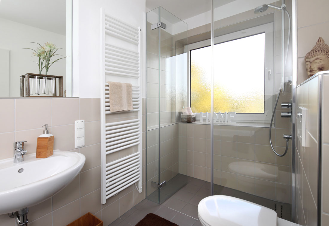 rinnovare il bagno senza togliere le piastrelle. Black Bedroom Furniture Sets. Home Design Ideas
