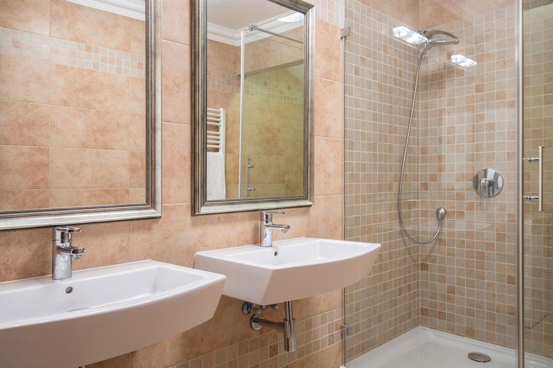Piastrelle del bagno soluzioni moderne a basso costo - Bagno moderno mosaico ...