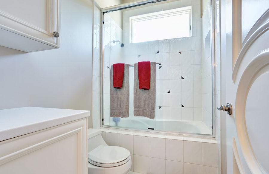 Finestra nella doccia decora la tua vita for Finestra nella dacia