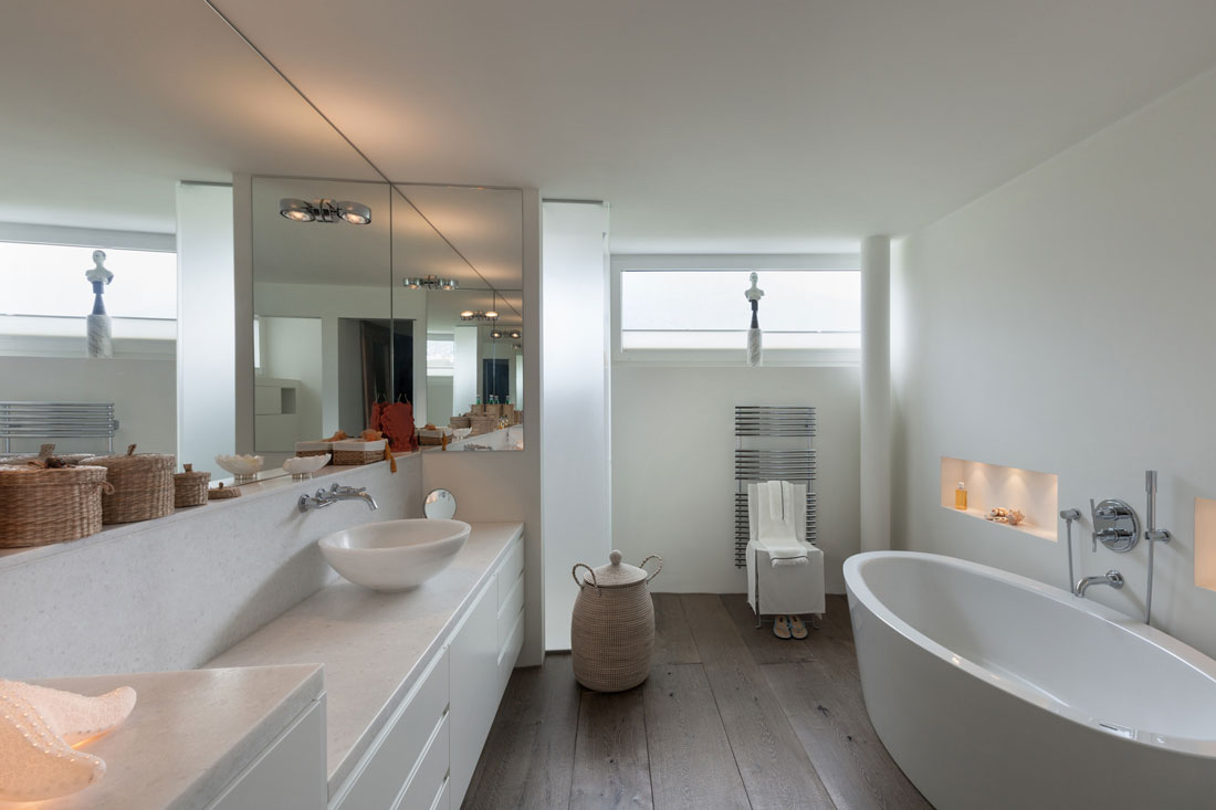 Bagno senza piastrelle prezzi smalto e il microtopping for Design personalizzato del pavimento