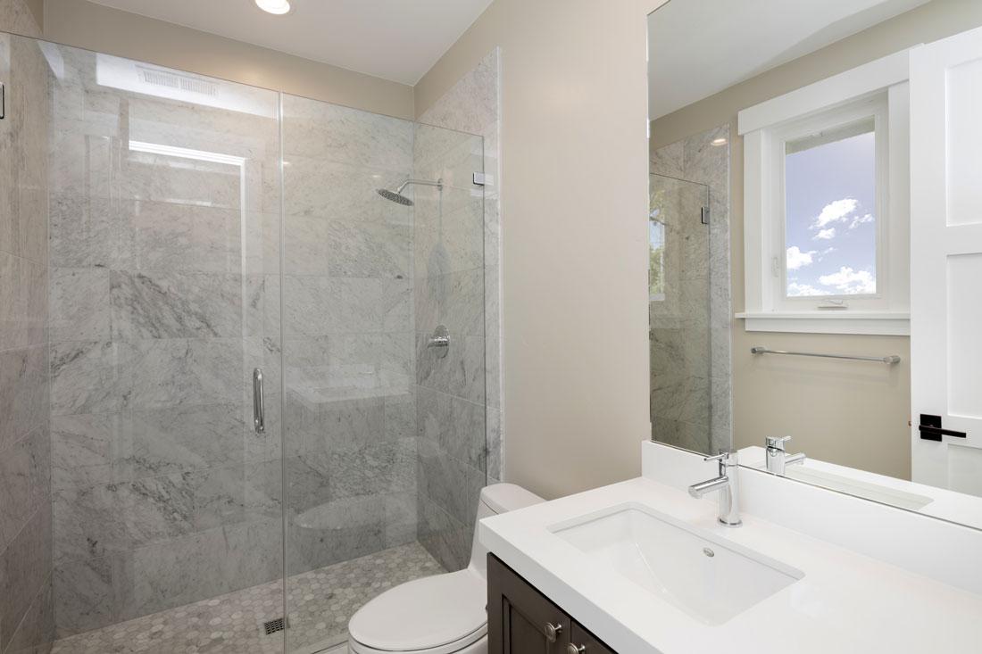 il bagno in marmo dal bianco al travertino al verde
