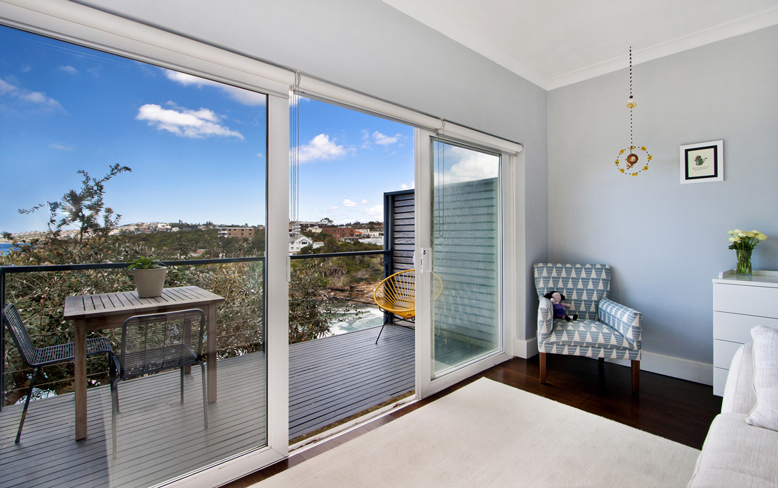 Vetrate scorrevoli per balconi ed interni prezzi e for Finestra balcone