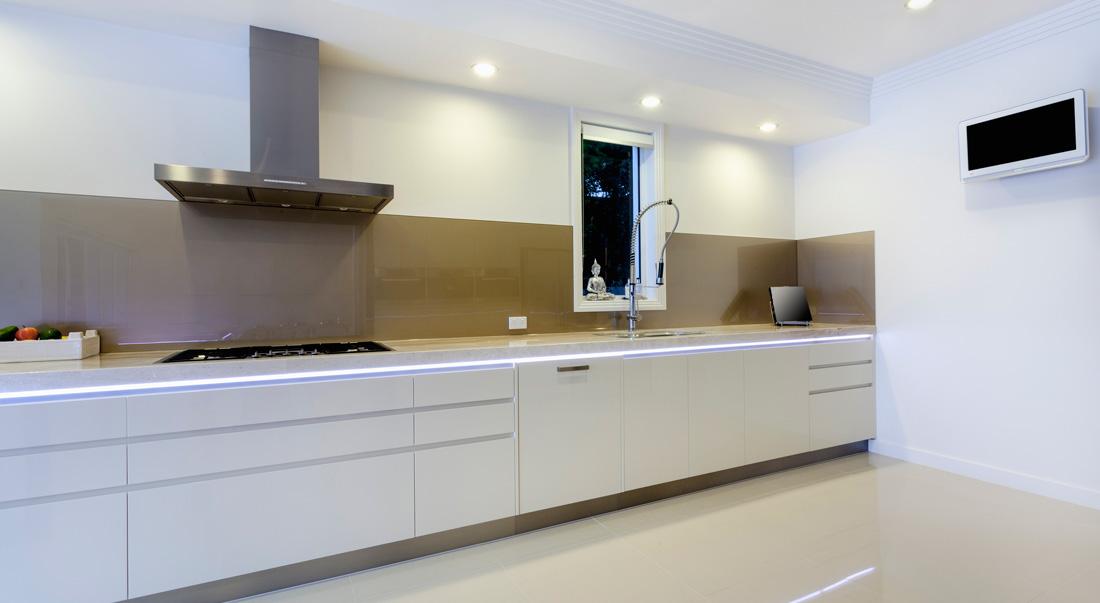 Smalto murale per pareti interne prezzi e consigli - Resina in cucina al posto delle piastrelle ...