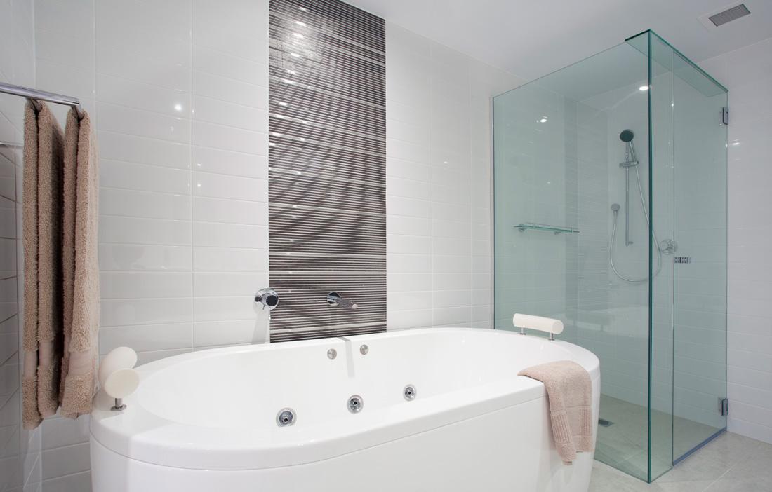 Idee ristrutturazione bagno dai rivestimenti agli spazi - Ristrutturare un bagno ...