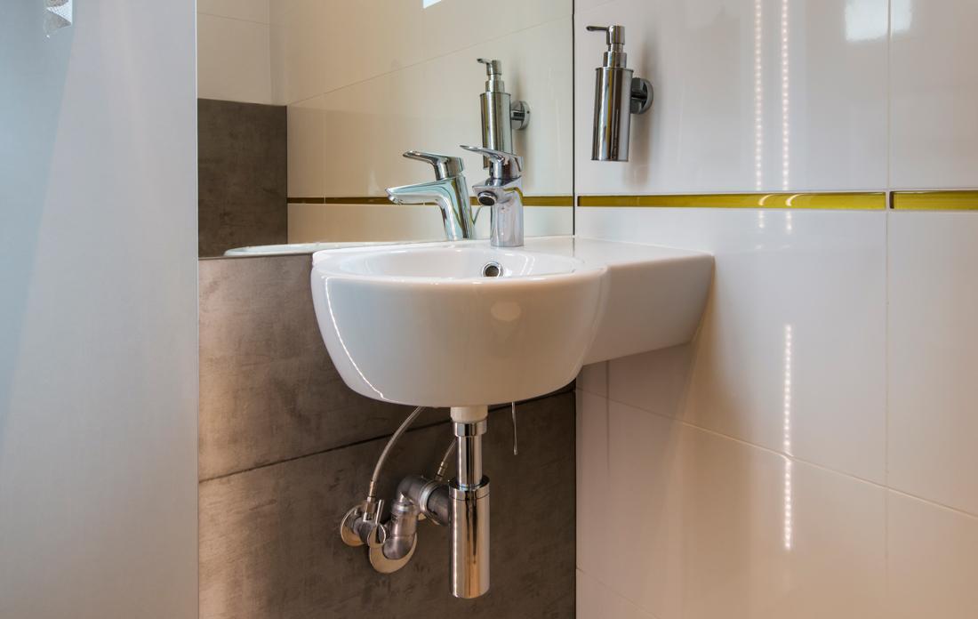 Lavabo ad angolo per bagni piccoli prezzi misure e consigli - Misure bagno minimo ...