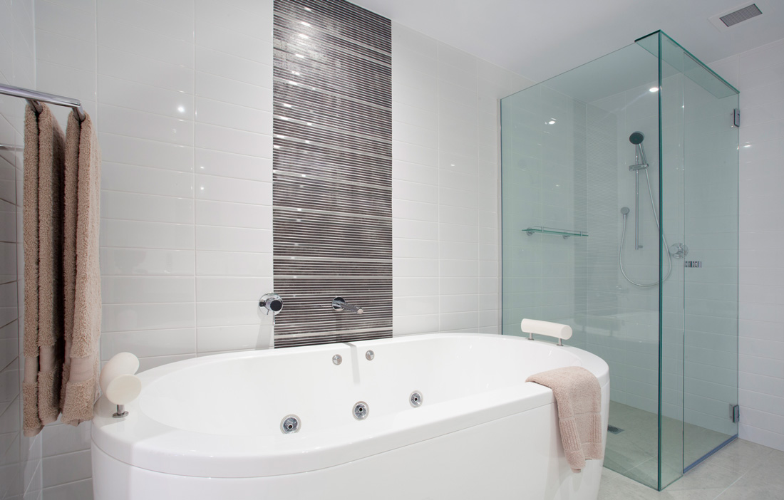 Idee ristrutturazione bagno dai rivestimenti agli spazi for Idee rivestimento bagno