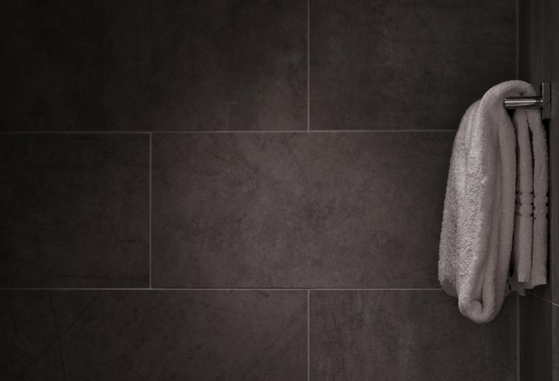 Rivestimenti bagno moderni idee immagini e tendenze - Piastrelle grigie bagno ...