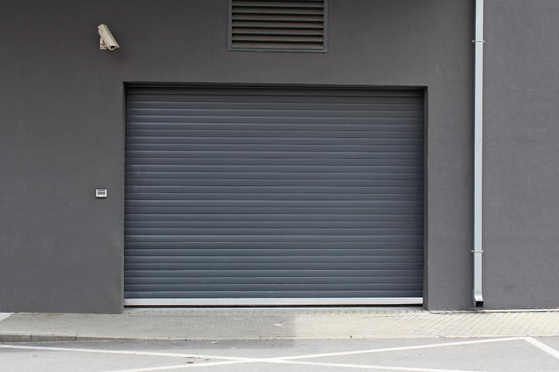 Serranda per garage motorizzata basculante avvolgibile for Costo per costruire un garage a 2 piani