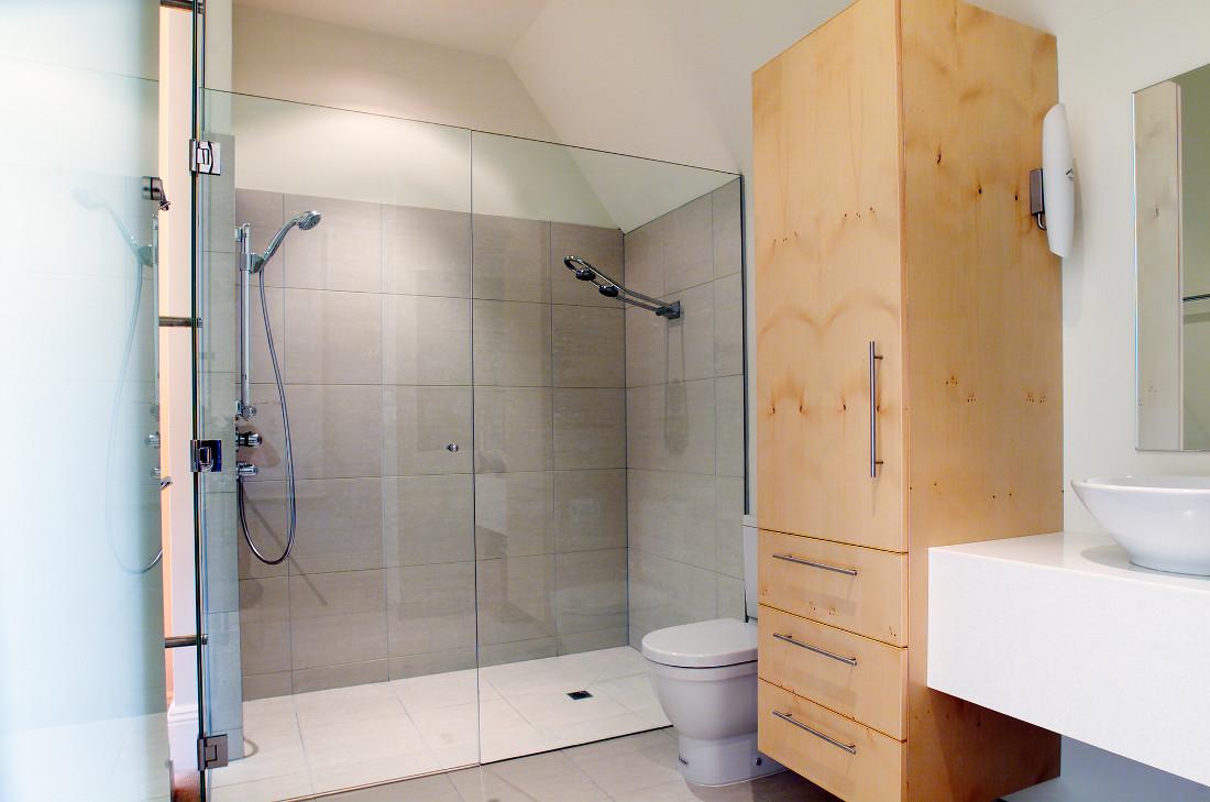 Piatto doccia a filo pavimento prezzi posa pro e for Pavimento in resina pro e contro